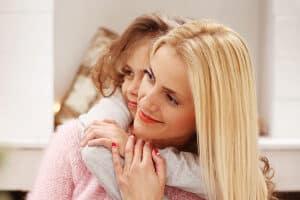 Grundsicherung im Alter und Elterngeld sind Beispiele für Sozialleistungen, die in bestimmten Lebensphasen greifen.