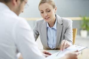 Der für die Grundsicherung auszufüllende Antrag ist im Jobcenter bzw. beim Sozialamt abzugeben.