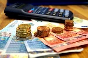 Bei Hartz 4 wird das Kindergeld als Einkommen angerechnet und der Regelsatz gekürzt.