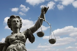 Legen Sie gegen Sanktionen oder den Hartz-4-Bescheid Klage vor dem Sozialgericht ein, fallen keine Prozesskosten an.
