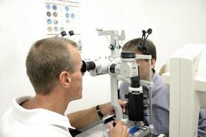 Mit oder ohne Hartz 4: Die Krankenkasse zahlt das Augenlasern nur selten.
