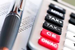 Das Jobcenter kann eine Hartz-4-Rückzahlung auch aufrechnen und von Ihren monatlichen Bezügen abziehen.