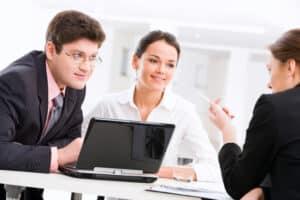 Sind Sie langzeitarbeitslos? Berater beim Jobcenter können Ihnen weiterhelfen.