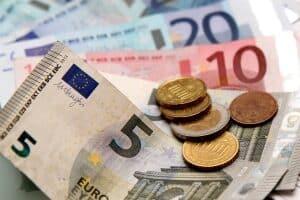 Maßnahmen gegen Altersarmut werden beispielsweise durch die Zahlung der Grundsicherung geleistet.