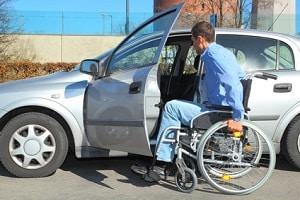 Menschen mit einer Gehbehinderung können einen Mehrbedarf bei der Grundsicherung geltend machen.