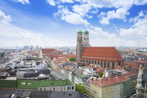 In München kann trotz Mindestlohn eine Hartz-IV-Aufstockung möglich sein, um das Existenzminimum zu gewährleisten.