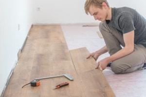 Renovierungskosten können vom Jobcenter übernommen werden, wenn sie unter anderem angemessen sind.