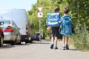 Ist der Schulweg zu lang, können aus dem Bildungspaket auch Beförderungskosten bewilligt werden.