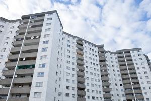Sozialer Wohnungsbau schafft Wohnraum für einkommensschwache Familien.