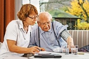 Sozialhilfe greift auch für Menschen, die in einer stationären Einrichtung wie einem Pflegeheim wohnen.