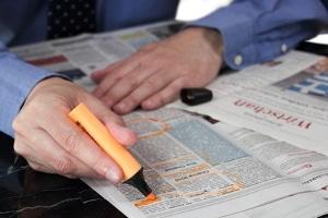 Statt in Zeitungen zu schmöckern, informieren sich Bewerber heute oft in einer Online-Jobbörse regional über mögliche Stellen.
