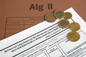 Eine Überzahlung vom Jobcenter kann durch falsche Angaben im Hartz-4-Antrag entstehen.